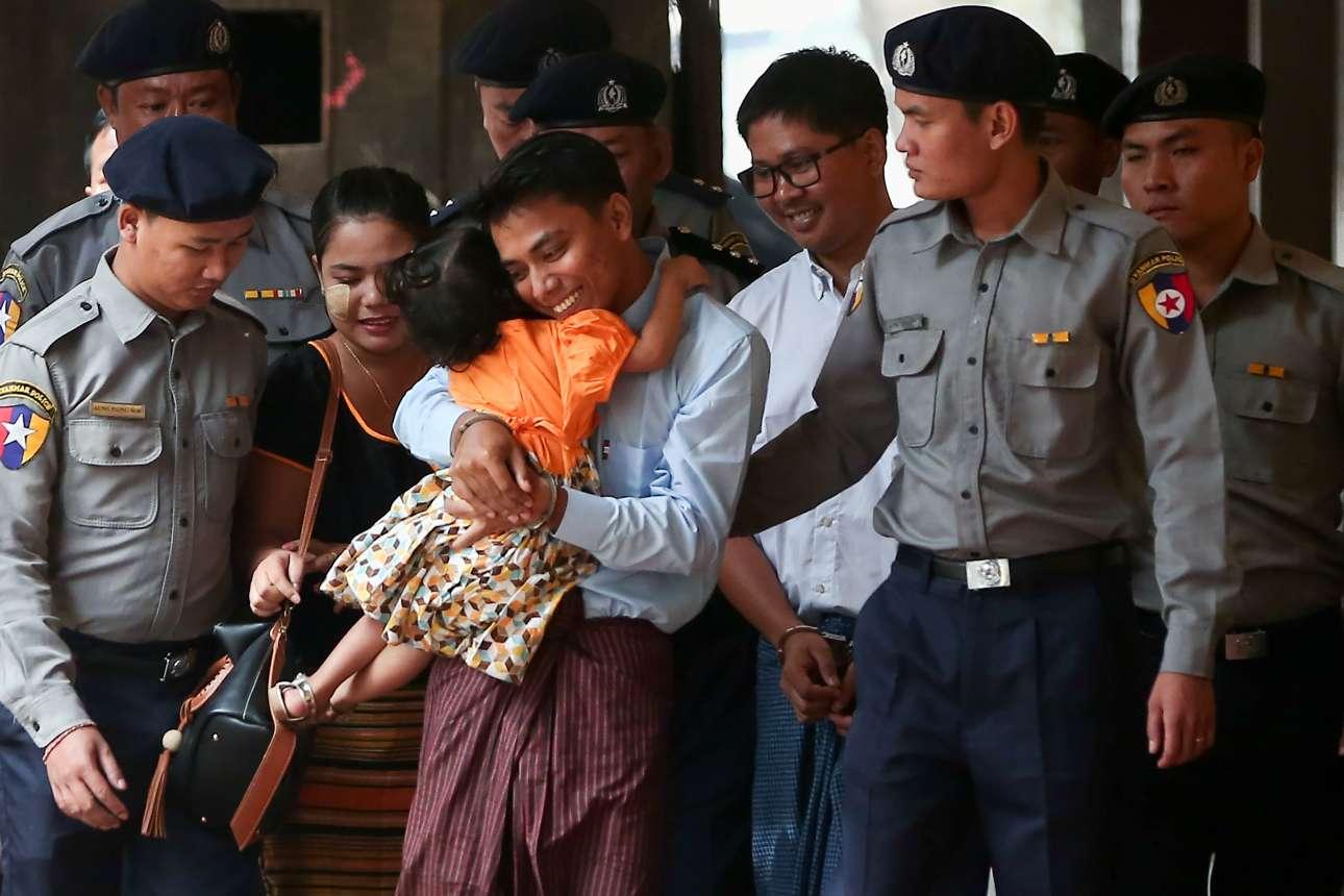 Τετάρτη, 21 Φεβρουαρίου, Μιανμάρ. Ο υπό κράτηση δημοσιογράφος του ειδησεογραφικού πρακτορείου Reuters, Κέι Σου Όου, αγκαλιάζει την κόρη του καθώς οδηγείται από αστυνομικούς σε δικαστήριο. Ο Κέι Σου Όου είναι ο ένας εκ των δύο δημοσιογράφων του Reuters οι οποίοι συνελήφθησαν πριν από δύο μήνες και κρατούνται στην Μιανμάρ επειδή έκαναν ρεπορτάζ για την κατάσταση στην πολιτεία Ραχίν, την οποία αναγκάστηκαν να εγκαταλείψουν χιλιάδες μουσουλμάνοι Ροχίνγκια εξαιτίας διώξεων
