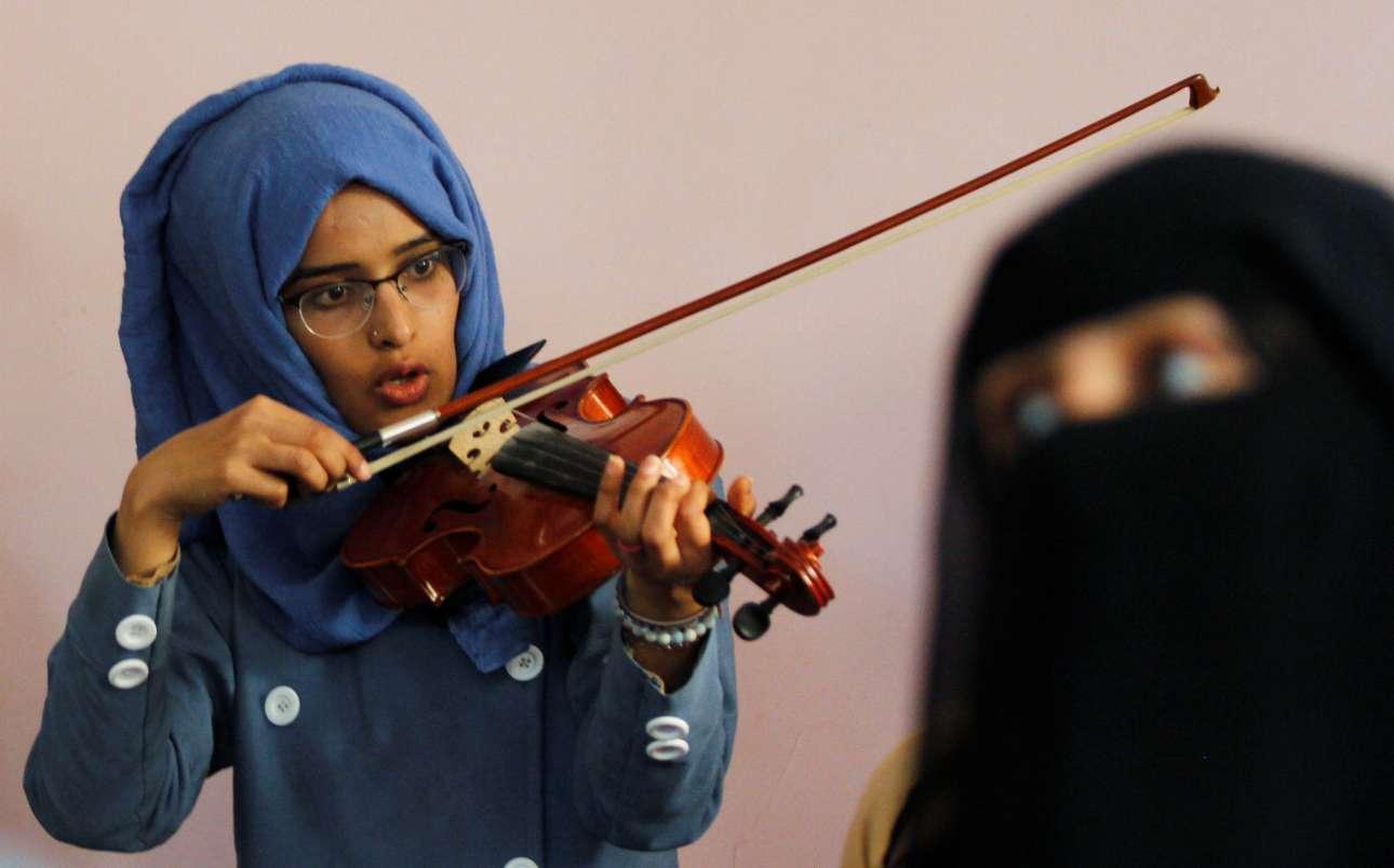 Τετάρτη, 21 Φεβρουαρίου, Υεμένη. Νεαρή παίζει βιολί κατά τη διάρκεια μαθήματος μουσικής στο Κέντρο Πολιτισμού στην πρωτεύουσα Σαναά