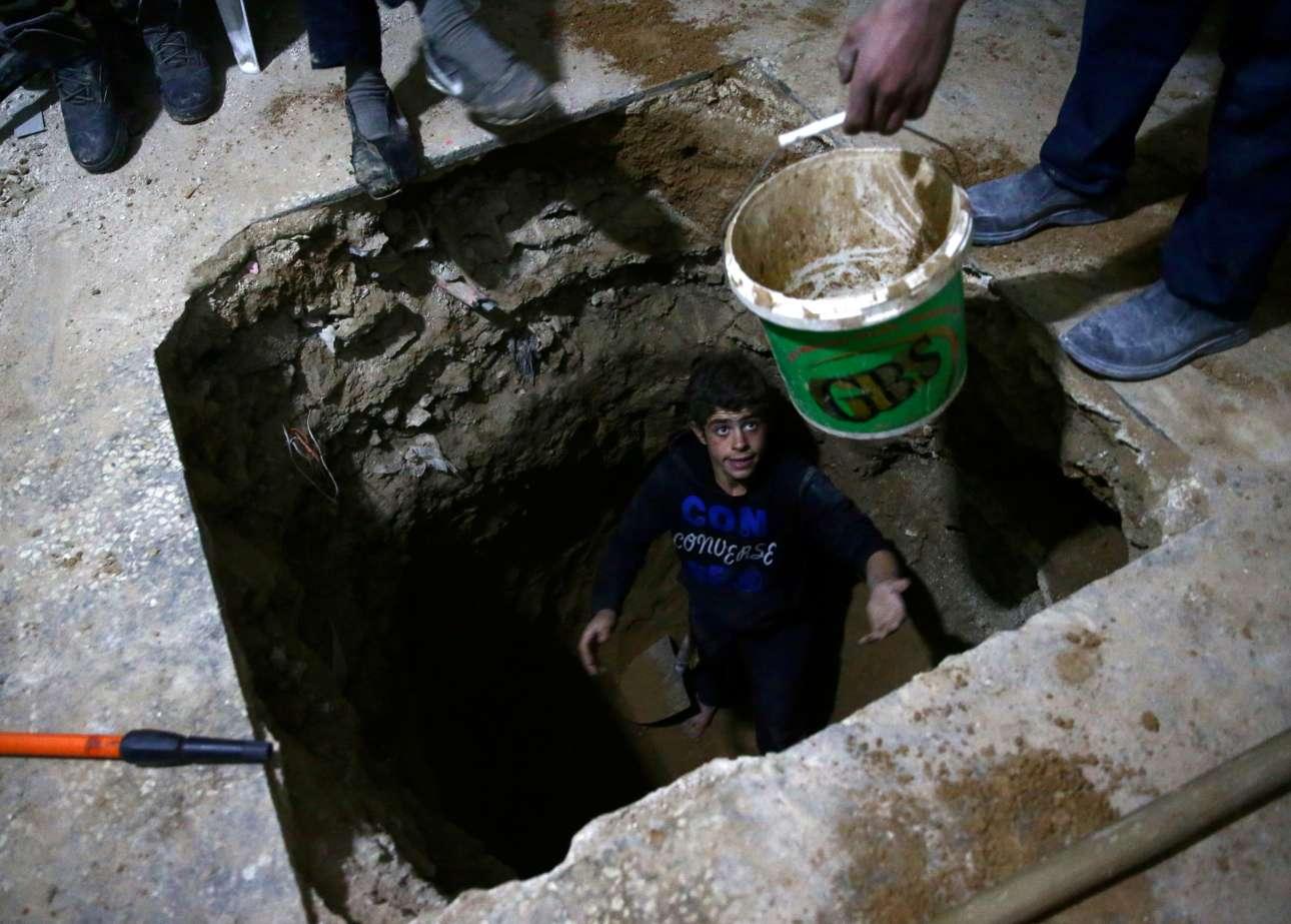 Το ξυπόλητο αγόρι σκάβει ένα καταφύγιο κάτω από το σπίτι του. Ετσι θα προσπαθήσει να ξεγελάσει τον θάνατο που έρχεται με βόμβες από τον ουρανό