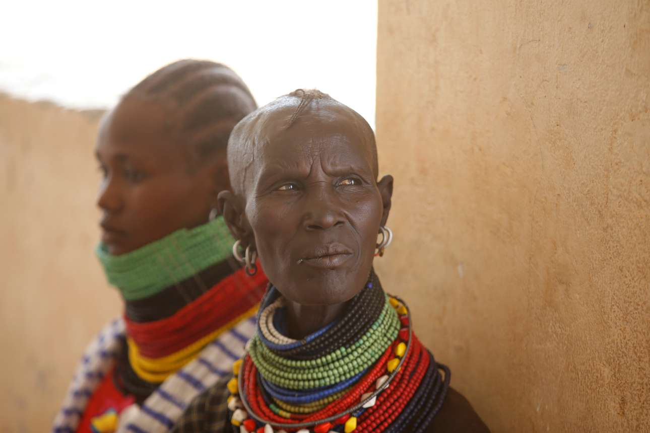 Παρασκευή, 23 Φεβρουαρίου, Κένυα. Γυναίκες της φυλής Τουρκάνα περιμένουν να λάβουν ιατρική περίθαλψη σε κλινική στον οικισμό Λοκιτσάρ στην επαρχία Τουρκάνα