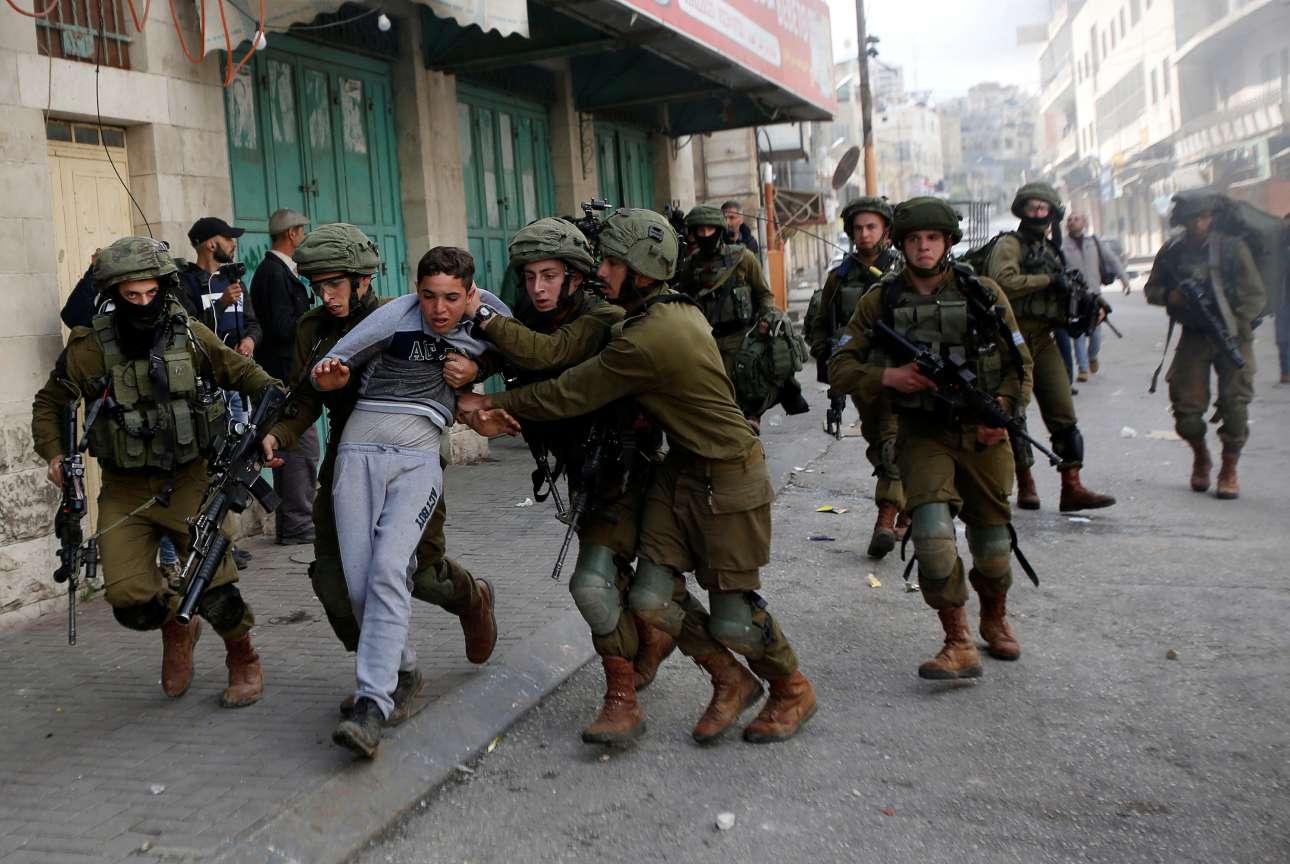 Παρασκευή, 23 Φεβρουαρίου, Παλαιστίνη. Ισραηλινοί στρατιώτες συλλαμβάνουν νεαρό Παλαιστίνιο κατά τη διάρκεια συγκρούσεων σε διαδήλωση στη Δυτική Οχθη