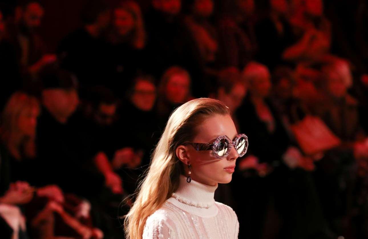 Σάββατο, 24 Φεβρουαρίου, Ιταλία. Μοντέλο παρουσιάζει μια δημιουργία του Ρομπέρτο Καβάλι στην Εβδομάδα Μόδας του Μιλάνου