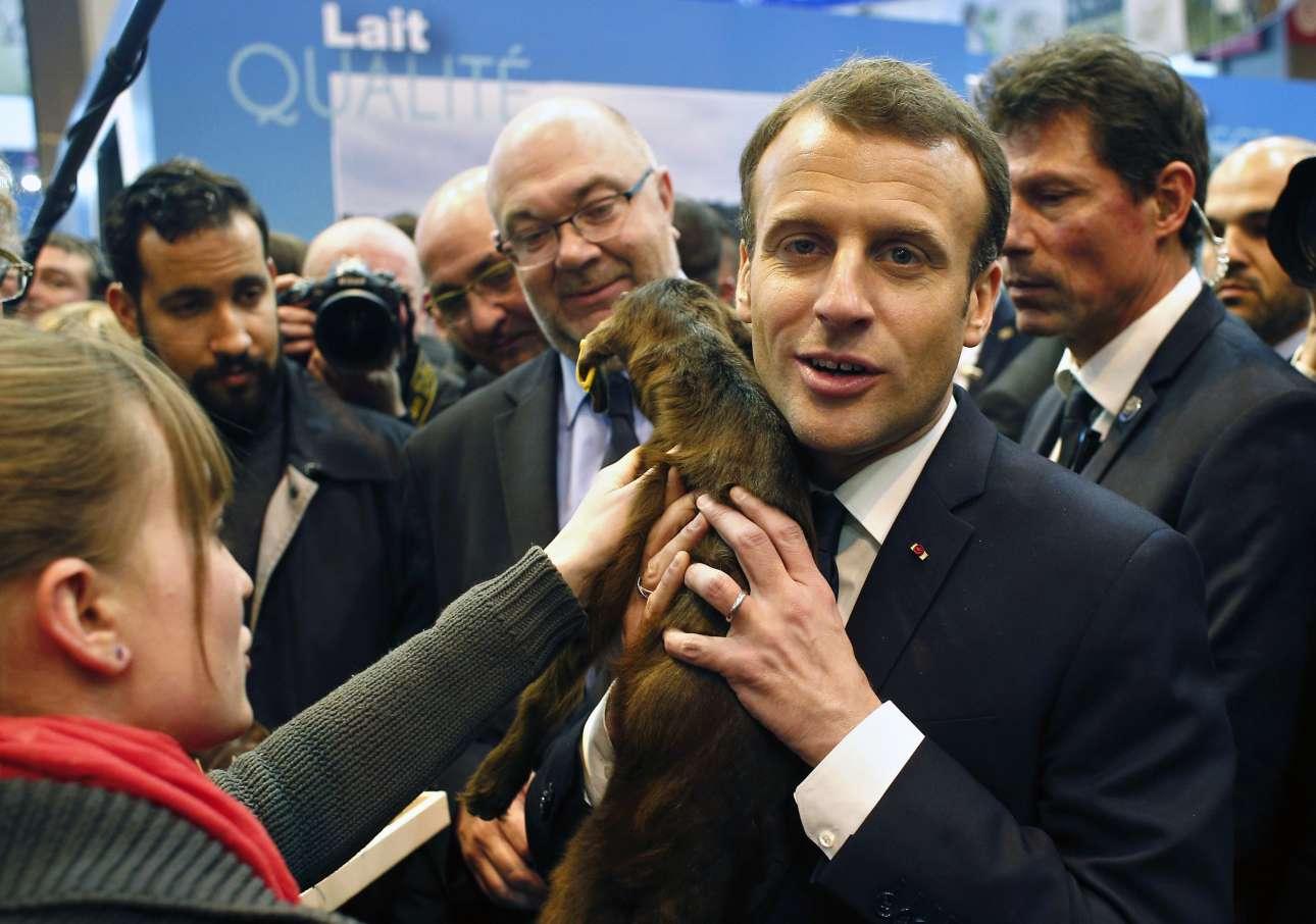 Σάββατο, 24 Φεβρουαρίου, Γαλλία. Ο γάλλος πρόεδρος Εμανουέλ Μακρόν κρατάει ένα κατσικάκι κατά την επίσκεψή του στο 55ο Διεθνές Αγροτικό Σαλόνι του Παρισιού