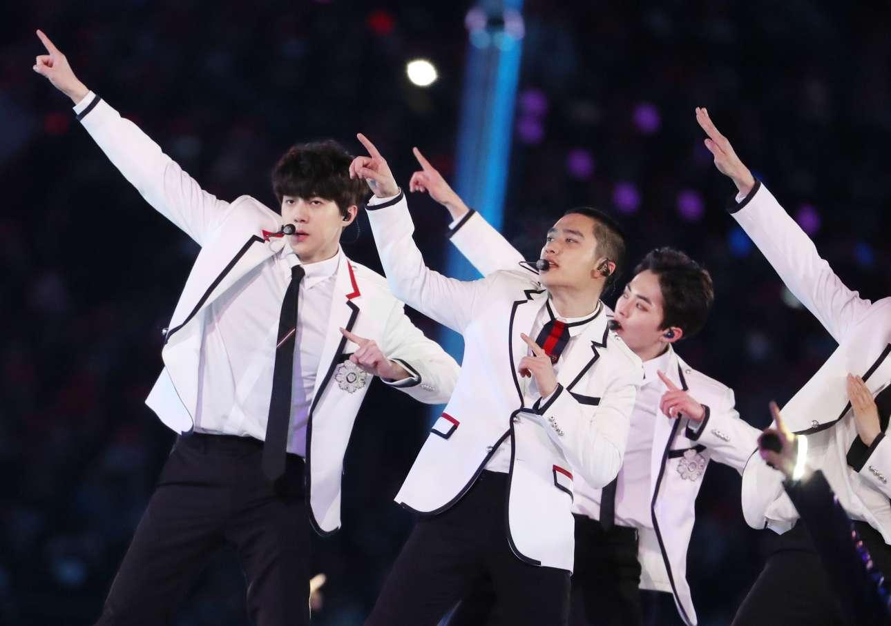 Το boy band EXO τραγουδά στην τελετή λήξης