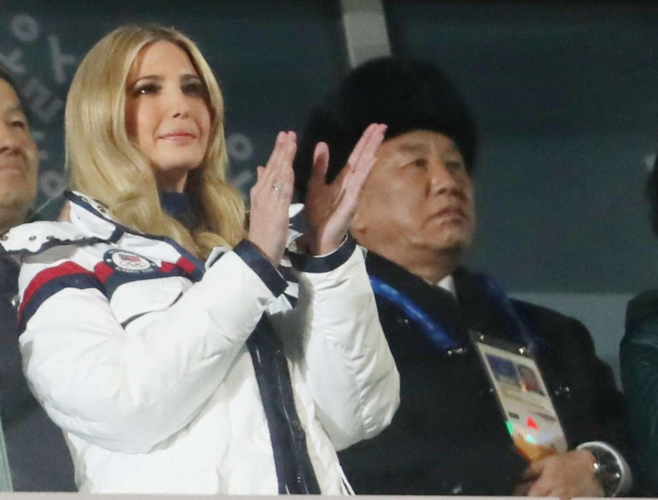 Η κόρη του προεδρου των ΗΠΑ Ιβάνκα Τραμπ και δεξιά ένας Βορειοκορεάτης αξιωματούχος