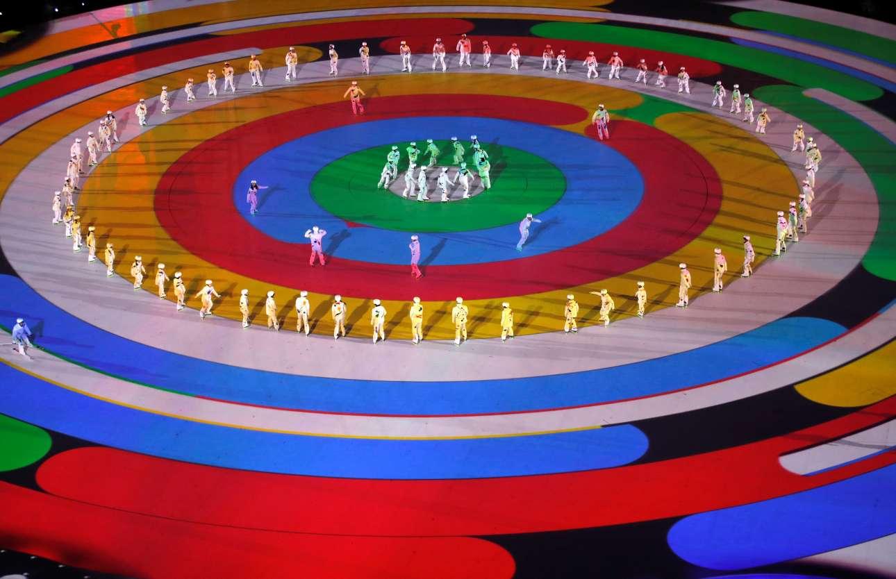 Οι κύκλοι κυριαρχούν στη σκηνοθεσία και στη σκηνογραφία της τελετής