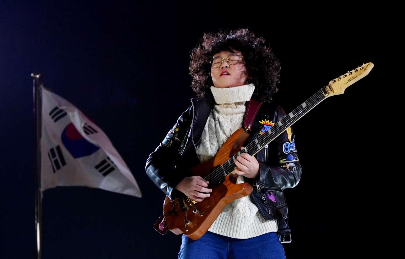 Ο 13χρονος κιθαρίστας Γιανγκ Τάε-Χουάν στην τελετή λήξης