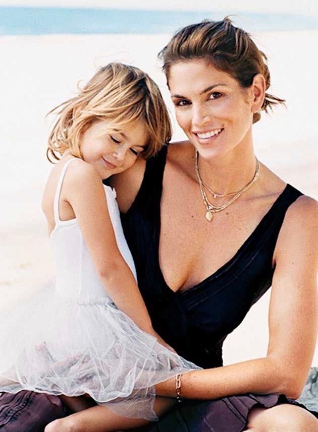 Με την κόρη της Κάια στην παραλία, πριν γίνει και αυτή διάσημο μοντέλο