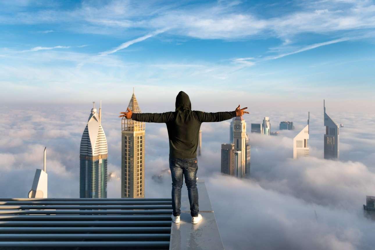 Ο Ζοχάιμπ Αντζούμ στην κορυφή... του Ντουμπάι. «Μερικές φορές φυσάει τόσο πολύ που δεν μπορώ να σταθώ όρθιος και χρειάζεται να δεθώ από κάτι σταθερό», λέει ο τολμηρός φωτογράφος