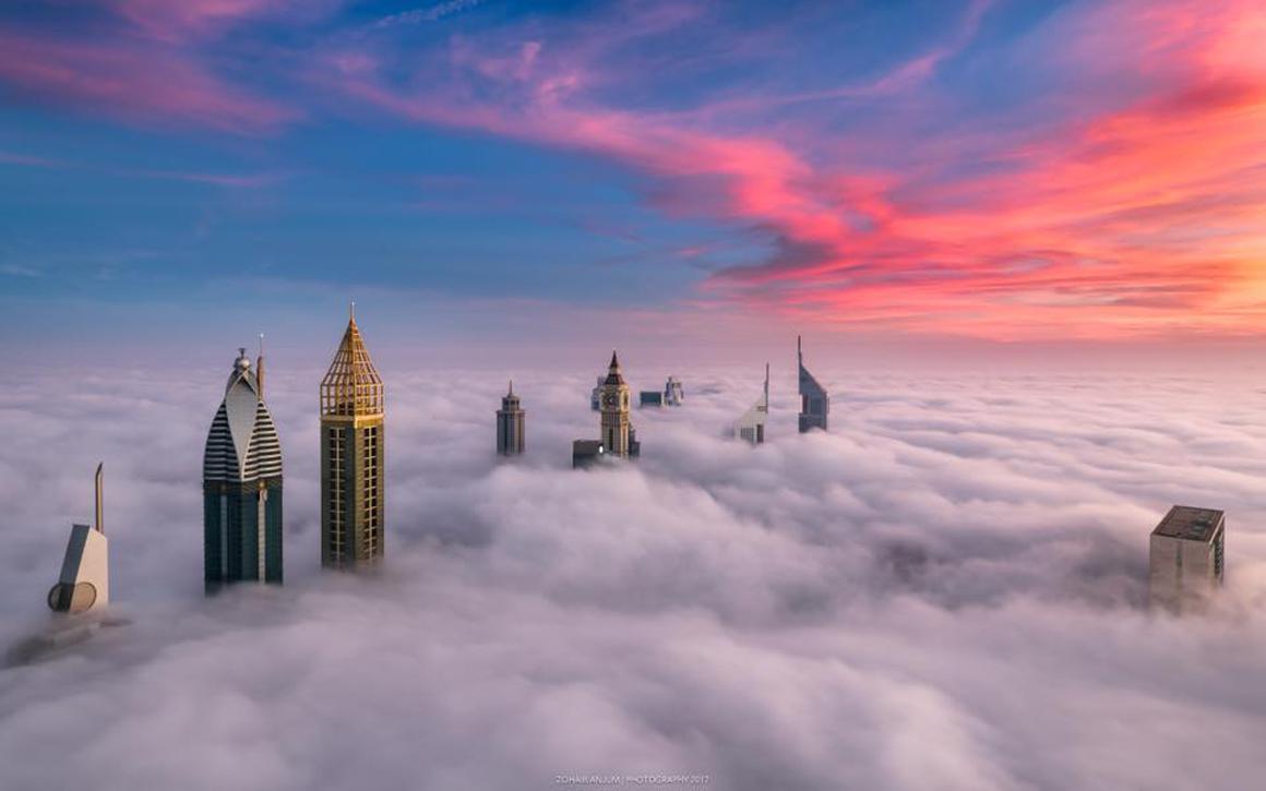Παραμυθένιο σκηνικό... Οι κορυφές των ουρανοξυστών ξεπροβάλλουν μέσα από τα πυκνά σύννεφα