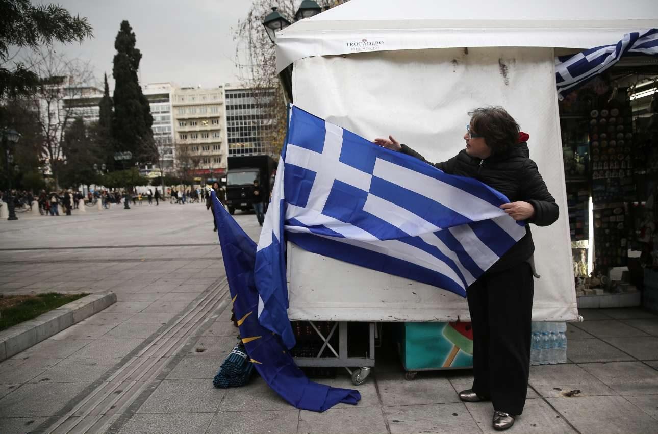 Ετοιμες οι σημαίες στην πλατεία για το συλλαλητήριο της Κυριακής. To εμπόριο της γαλανόλευκης ανθεί το τελευταίο διάστημα
