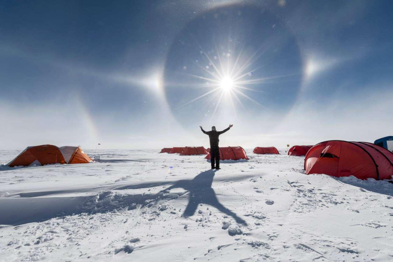 Αυτά τα φωτεινά στεφάνια δημιουργούν ένα φαντασμαγορικό σόου στον ουρανό της Ανταρκτικής
