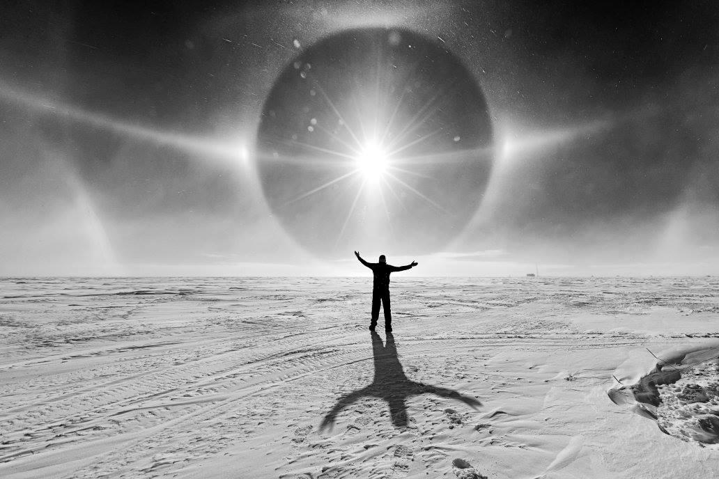 Οπως οι σταγόνες της βροχής δημιουργούν ουράνια τόξα, έτσι οι κρύσταλλοι του πάγου μπορούν να χωρίσουν το φως δημιουργώντας τόξα ή στεφάνια. Το μέγεθος και το σχήμα των παγωμένων κρυστάλλων επηρεάζουν τους τύπους των στεφανιών που δημιουργούνται στον ουρανό