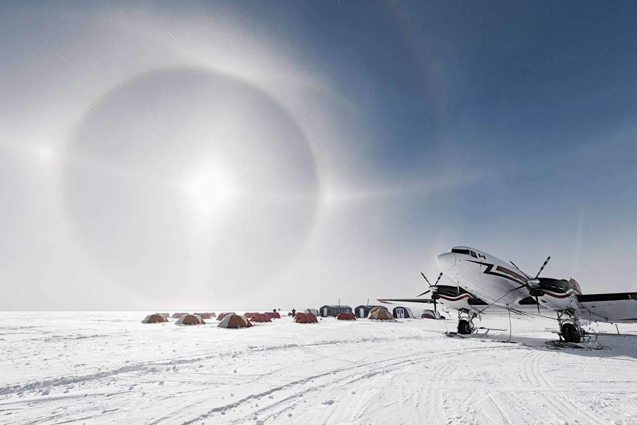 Ενα λευκό στεφάνι κυκλώνει τον ήλιο σε απόσταση 22 μοιρών από το ουράνιο σώμα. Το φαινόμενο συμβαίνει όταν το φως ταξιδεύει μέσα από το πρίσμα των παγωμένων κρυστάλλων. Το τελικό αποτέλεσμα είναι εντυπωσιακό