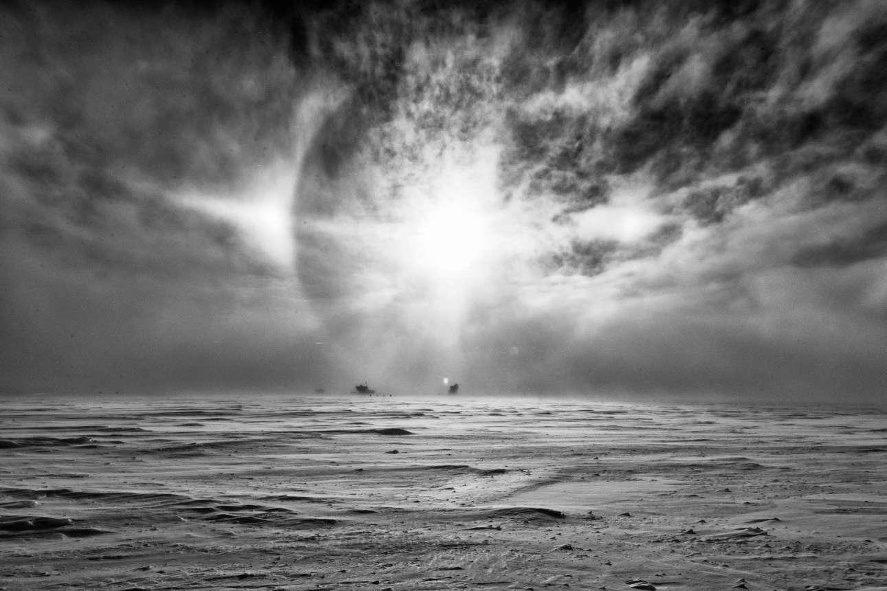 Αν υπάρχει αρκετή υγρασία, οι συγκεκριμένοι κρύσταλλοι συνεχίζουν να μεγαλώνουν μέχρι να πέσουν στη Γη με την μορφή χιονιού. Αν όμως ο καιρός είναι ιδιαίτερα ψυχρός, οι μικροί κρύσταλλοι μένουν στην ατμόσφαιρα