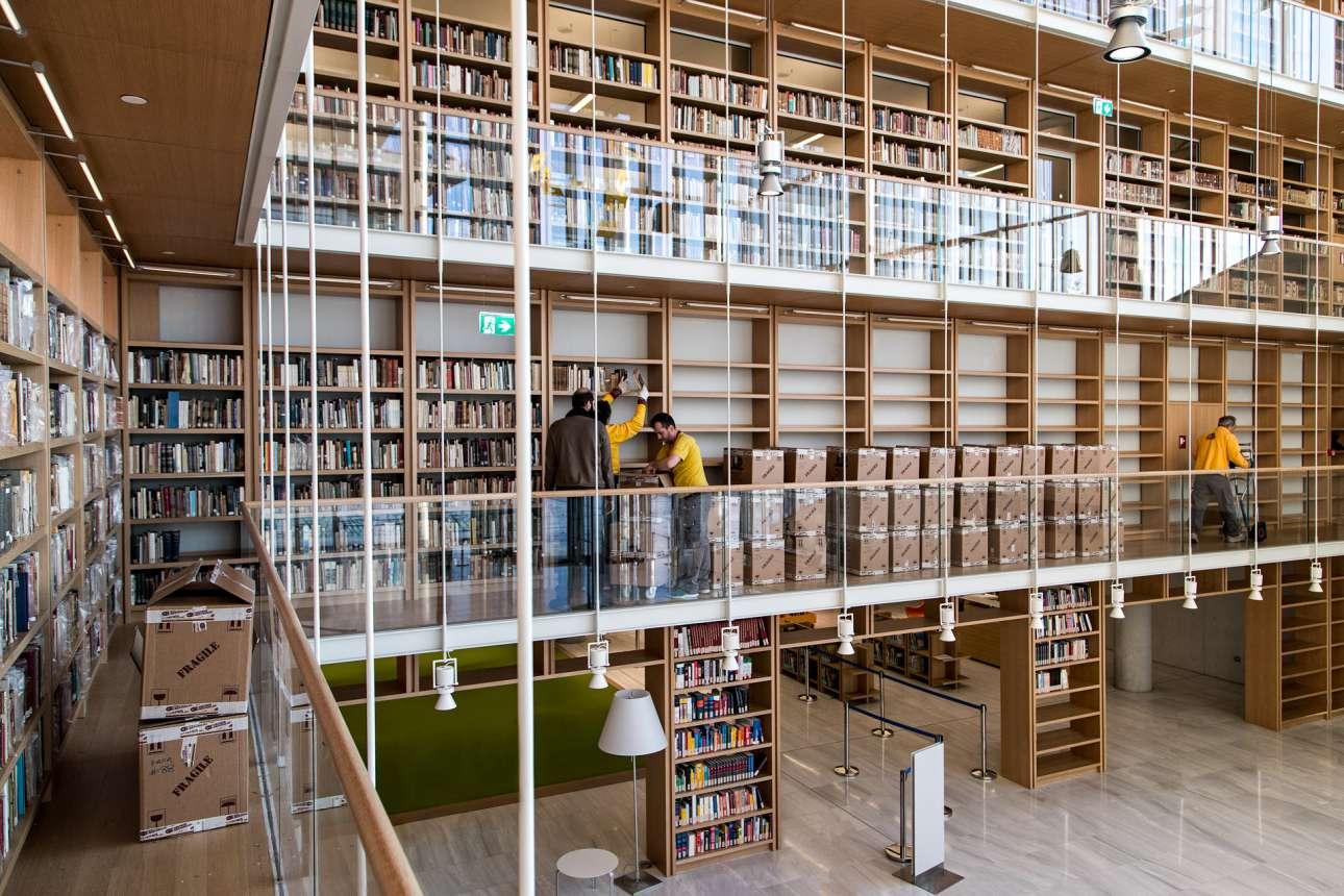 Τοποθέτηση έργων στον Πύργο Βιβλίων της Εθνικής Βιβλιοθήκης της Ελλάδος, στο ΚΠΙΣΝ
