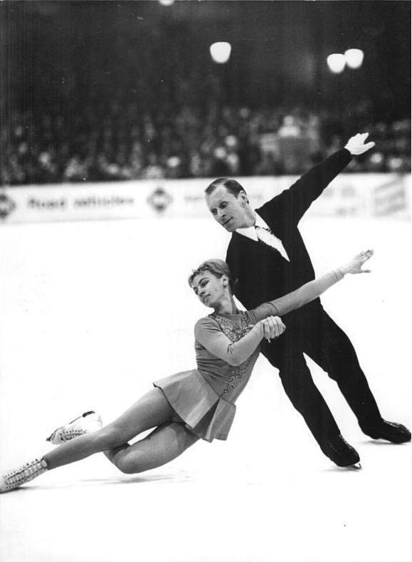 To ζεύγος Λουντμίλα Μπελούσοβα και Όλεγκ Προτοπόποφ από την Σοβιετική Ένωση, απέσπασε το χρυσό στους Ολυμπιακούς Αγώνες του Ίνσμπρουκ το 1964