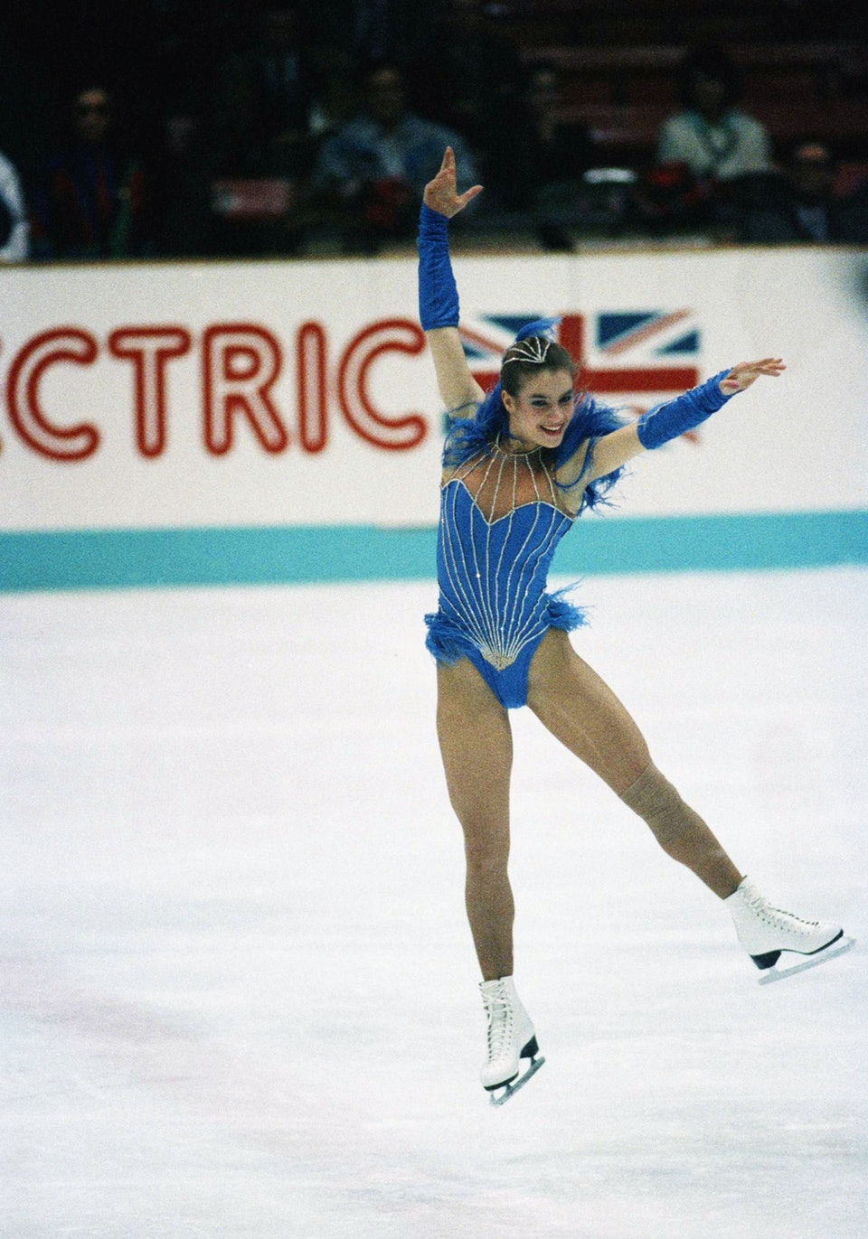 H Καταρίνα Βιτ με το «σκανδαλώδες» μπλε κοστούμι της στους Ολυμπιακούς του Κάλγκαρι το 1988, που οδήγησε την Παγκόσμια Ομοσπονδία Παγοδρομιών στη λήψη πιο αυστηρών ενδυματολογικών μέτρων ή αλλιώς στον κανονισμό «Katarina»