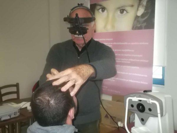 Οφθαλμίατρος εξετάζει κάτοικο, σε προηγούμενη εξόρμηση του συγκεκριμένου Πανεπιστημίου