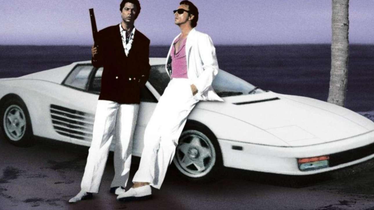 Ferrari Testarossa – Miami Vice: Στην πασίγνωστη σειρά, ο Σόνι Κρόκετ (Ντον Τζόνσον) οδηγούσε ό,τι θα ήθελε κάποιος εκείνη τη περίοδο – αλλά και σήμερα: μία ολόλευκη Ferrari Testarossa, του 1986 – πωλήθηκε στο eBay, το 2015, έναντι… 1,75 εκ. δολαρίων. Είχε ασύρματο τηλέφωνο, δερμάτινα καθίσματα, κλιματισμό, cruise control και παρέμεινε παροπλισμένη από το 1989, οπότε και σταμάτησε η τηλεοπτική σειρά, με φορτωμένα στο οδόμετρο 16.124 μίλια. Διέθετε 12κύλινδρο κινητήρα 4,9 λίτρων, με 398 ίππους. Με καθαρά αυτοκινητικούς όρους, ήταν (και είναι) αυτοκινητάρα.