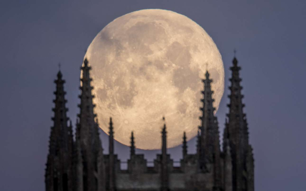 Τετάρτη, 31 Ιανουαρίου, Ηνωμένο Βασίλειο. Ενα τεράστιο, φωτεινό φεγγάρι σηκώνεται πίσω από το Αββαείο στο Σόμερσετ. Το πλέον εντυπωσιακό ουράνιο φαινόμενο των τελευταίων 152 ετών συνδυάζει την πανσέληνο, την προσέγγιση του δορυφόρου μας στη Γη ώστε να υπάρχει σούπερ-Σελήνη και ταυτόχρονα την ολική έκλειψη της Σελήνης
