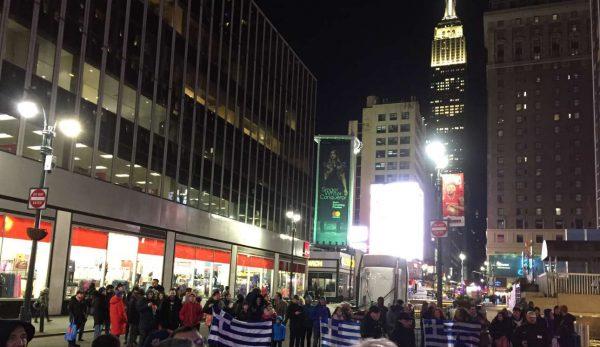 Περιμένοντας τον Γιάννη με φόντο το Empire State Building