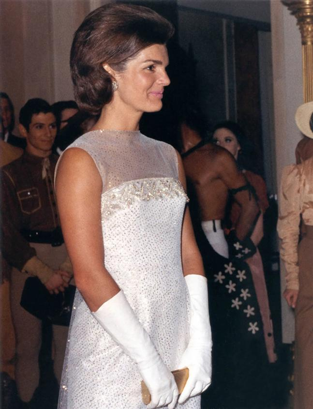 Jacqueline_Kennedy_after_State_Dinner,_22_May_1962-Robert Knudsen-Wikipedia
