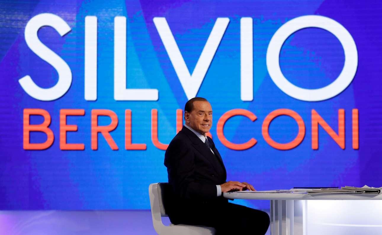 Με απαστράπτον χαμόγελο, ο 81 χρονος Σίλβιο Μπερλουσκόνι λίγο πριν από τηλεοπτική συνέντευξη (REUTERS/ Remo Casilli/ File Photo)