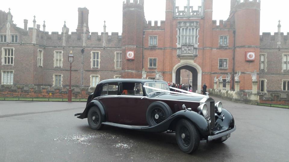 Rolls-Royce Phantom III - The crown: Το πετράδι στο στέμμα του Netflix εστίασε σε μια μεγάλη αυτοκρατορία, στη βρετανική, στα χρόνια της παρακμής της. Και για να αφηγηθεί την ιστορία της κεφαλής της, η οποία βρίσκεται ακόμα και σήμερα στο πόστο της, της Ελισάβετ Β', έβαλε στα πλάνα και μια Rolls-Royce – η οποία πρωταγωνίστησε και σε Τζέιμς Μποντ, στον «Χρυσοδάκτυλο». Η Phantom III ήταν η τελευταία δημιουργία της βρετανικής εταιρίας πριν από τον Β' Παγκόσμιο Πόλεμο. 727 τέτοιες κατασκεύασε και κίνηση έπαιρνε από έναν V12 κινητήρα 7,4 λίτρων, που συνδυαζόταν με ένα τετρατάχυτο μηχανικό κιβώτιο ταχυτήτων.