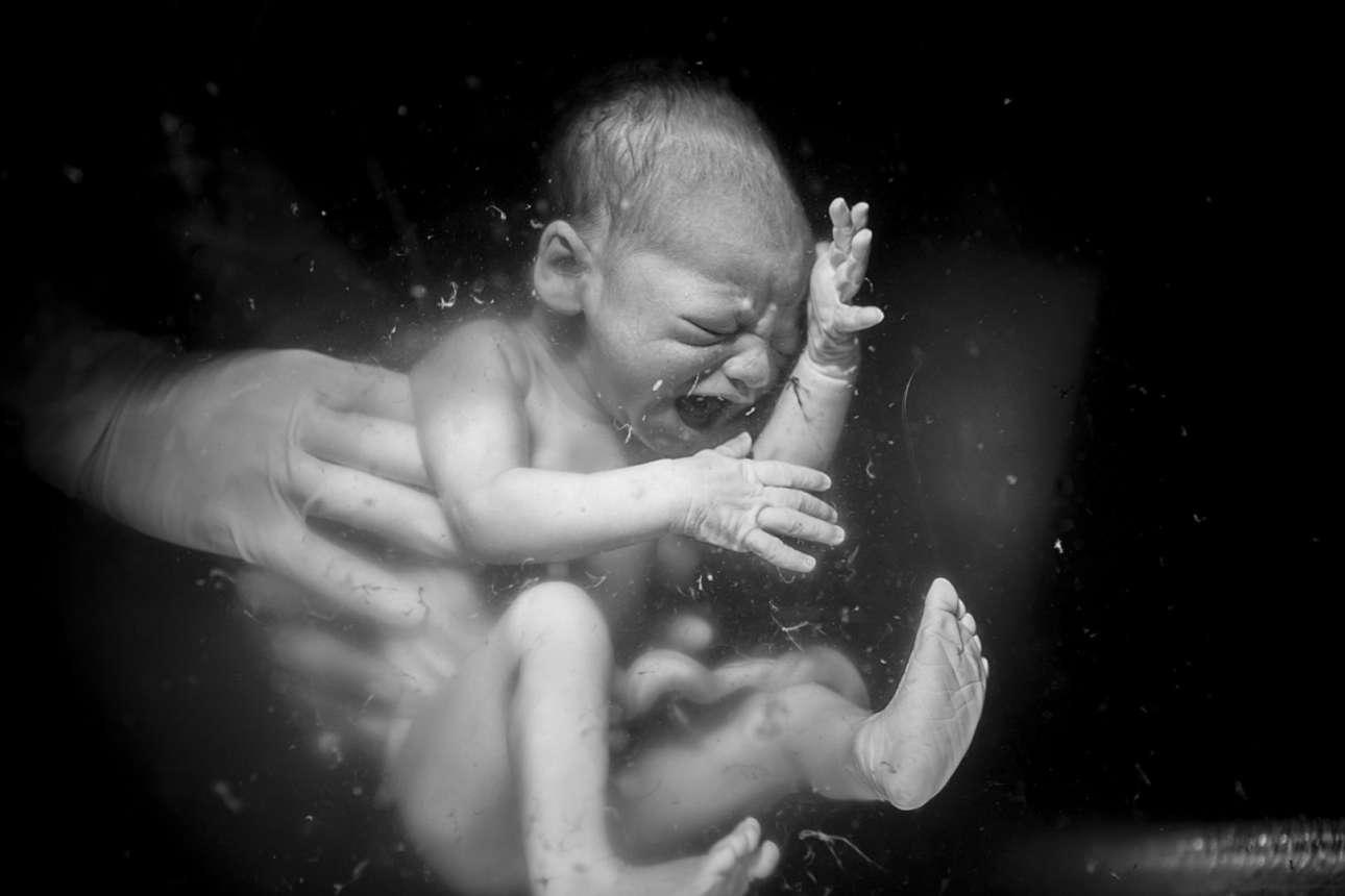 Στην φωτογραφία αυτή, με τίτλο «Μετάβαση στη Γη», απονεμήθηκε το Βραβείο Κοινού για την κατηγορία Γέννα