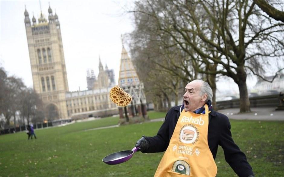 Τρίτη, 13 Φεβρουαρίου, Λονδίνο. Ο δημοσιογράφος Αλαν Στιούαρτ προθερμαίνεται για τον καθιερωμένο φιλανθρωπικό αγώνα τηγανίτας του Κοινοβουλίου που θα ακολουθήσει στο Γουεστμίνστερ