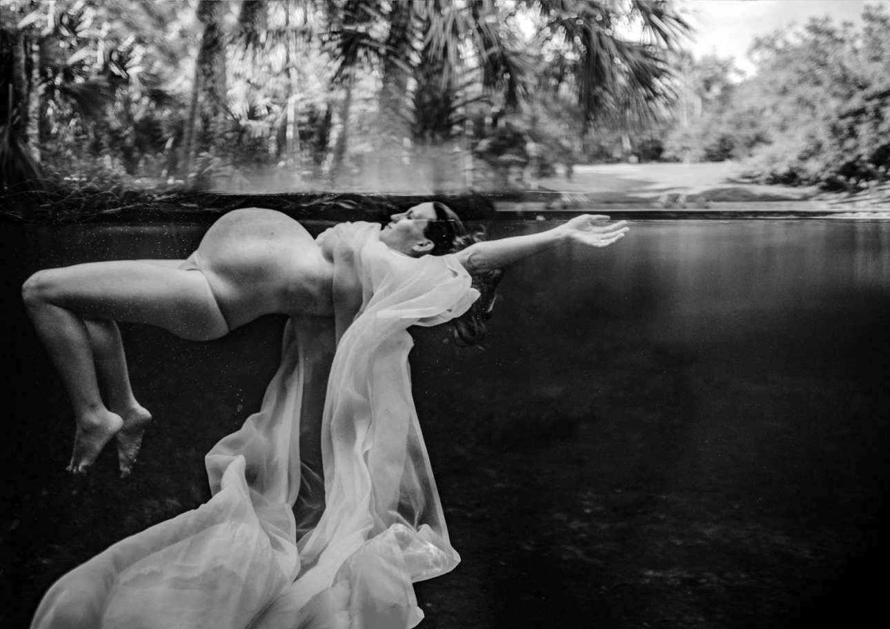Δεύτερη θέση κατηγορία Μητρότητα. Μία έγκυος επιπλέει στο νερό θυμίζοντας νεράιδα