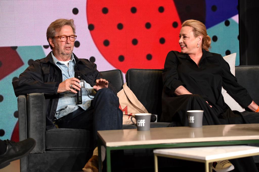 Ο Ερικ Κλάπτον και η σκηνοθέτης του ντοκιμαντέρ «Life in 12 Bars» στην παρουσίαση στο Φεστιβάλ του Τορόντο τον Σεπτέμβριο του 2017 (Kevin Winter/Getty Images/Ideal Images)