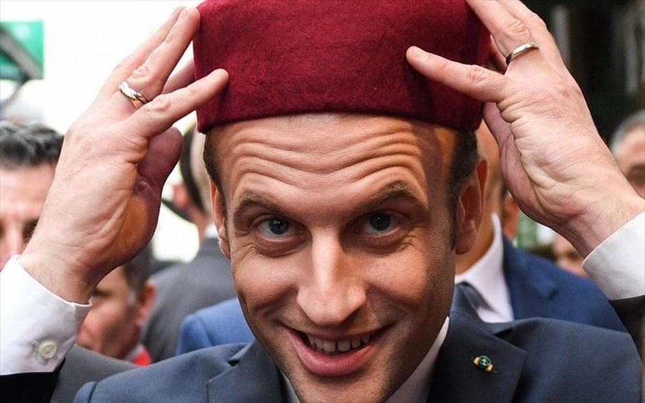 Παρασκευή, 2 Φεβρουαρίου, Τυνησία. Ο γάλλος πρόεδρος Εμανουέλ Μακρόν δοκιμάζει ένα παραδοσιακό καπέλο (φεζ) κατά την επίσκεψή του στο ιστορικό κέντρο της Μεδίνας