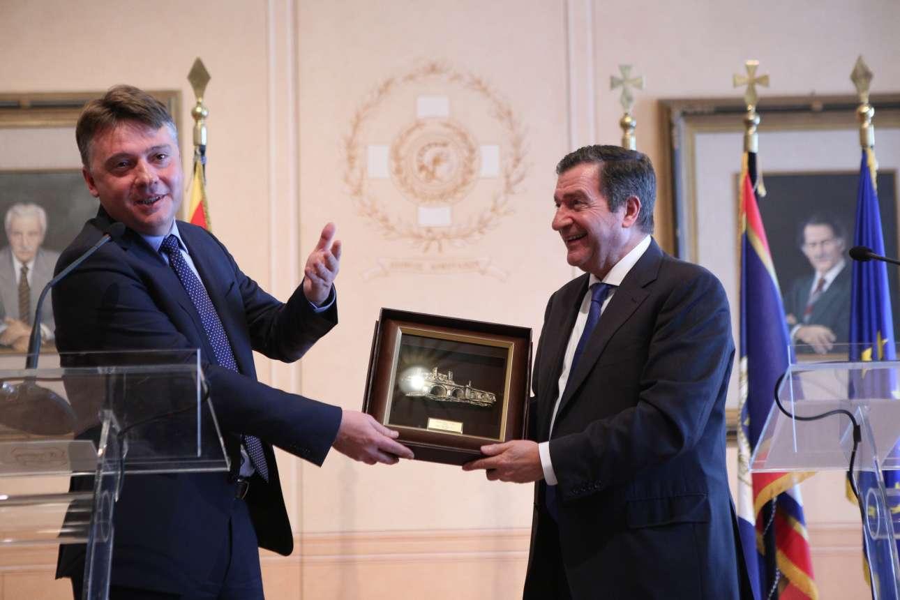 Ο Γιώργος Καμίνης (δεξιά) και ο Γκέργκι Σιγκέροφ κατά την ανταλλαγή των εθιμοτυπικών αναμνηστικών (George Vitsaras / SOOC)
