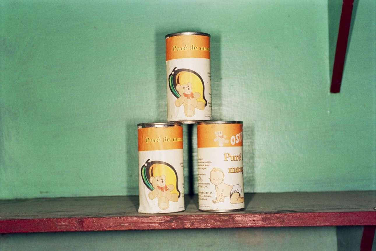 Κονσέρβες με παιδική τροφή σε ένα ράφι της Αβάνας, στην Κούβα, 2000