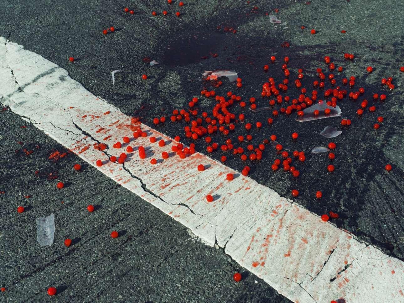 Κεράσια πεσμένα σε μια διάβαση πεζών στη Νέα Υόρκη, το 2014