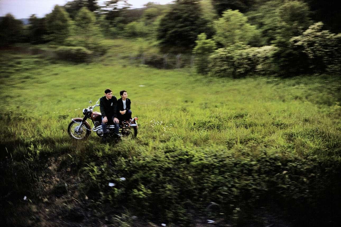 Στη συγκλονιστική φωτογραφική σειρά «Robert Kennedy Funeral Train» (Το Τρένο της Κηδείας του Ρόμπερτ Κένεντι), ο Πολ Φούσκο αποτυπώνει ένα έθνος σε πένθος, το 1968. Επιβάτης στο τρένο που μετέφερε το φέρετρο του δολοφονηθέντος γερουσιαστή, ο Φούσκο απαθανατίζει τον κόσμο που περιμένει δίπλα στις γραμμές του τρένου για να αποχαιρετήσει τη σορό του αδελφού, του επίσης δολοφονηθέντος πέντε χρόνια νωρίτερα, προέδρου Τζον Κένεντι