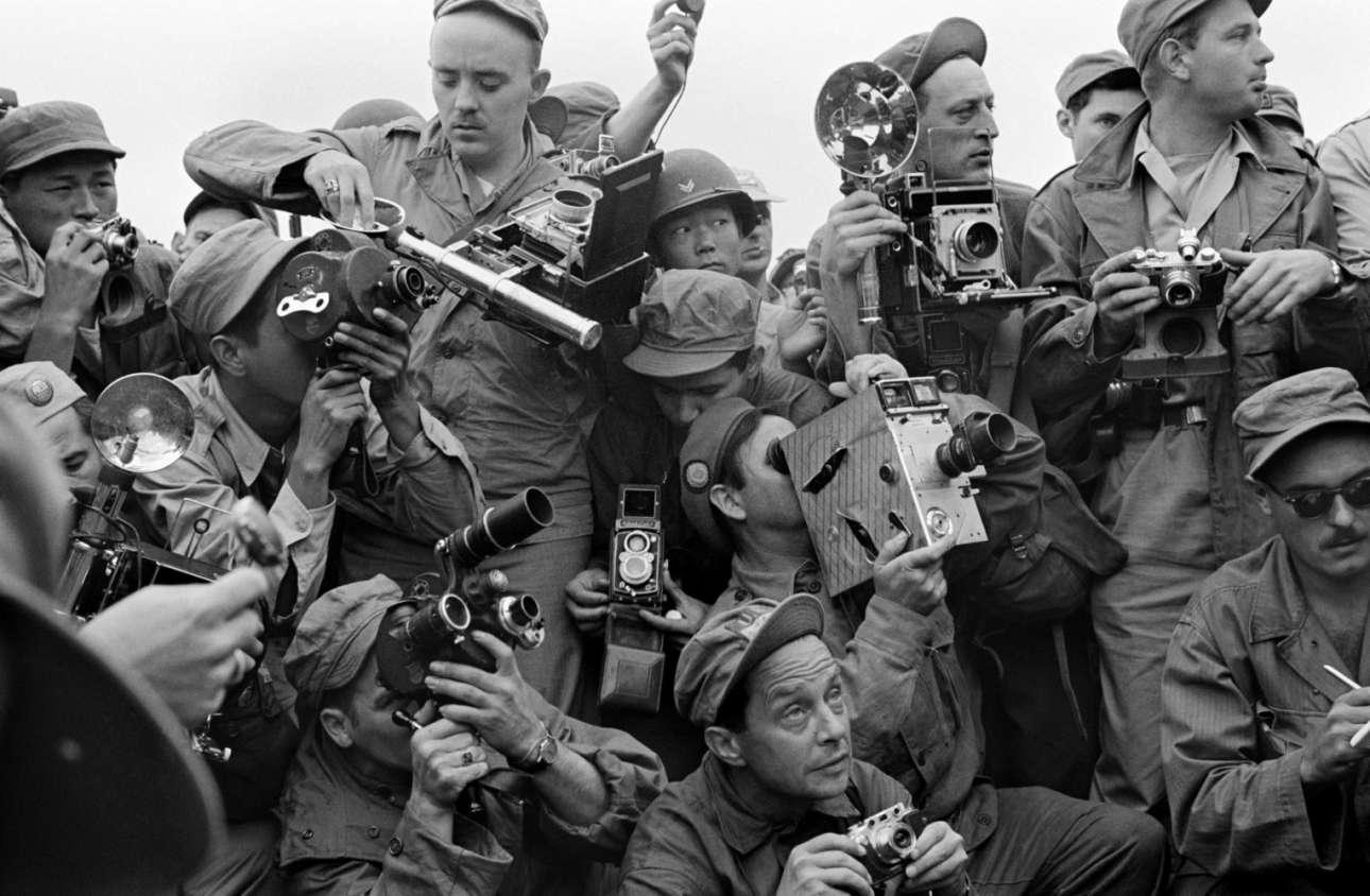 Φωτογράφοι από τον διεθνή Τύπο καλύπτουν τον Πόλεμο της Κορέας, στην Καεσόνγκ της Νότιας Κορέας, το 1952
