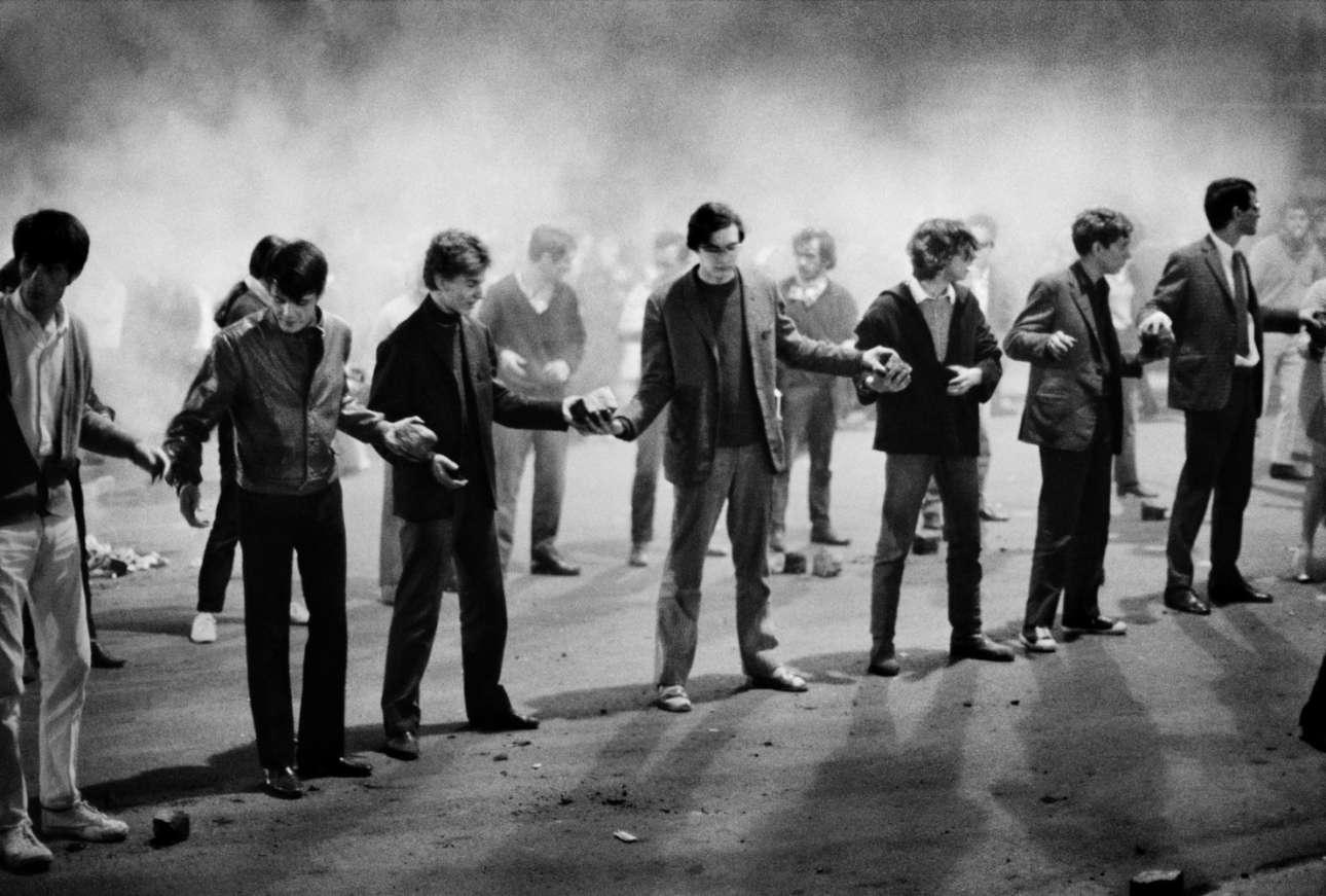 10 Μαΐου. Φοιτητές έχουν σχηματίσει αλυσίδα και περνούν πέτρες για να σηκώσουν οδοφράγματα κατά τη διάρκεια της εξέγερσης του Μάη του 1968, στο Παρίσι