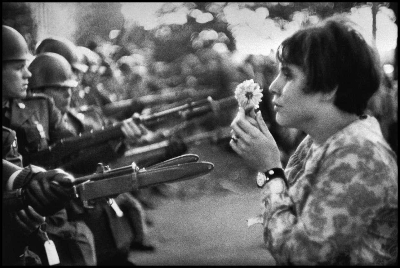 H νεαρή Αμερικανίδα στέκεται με ένα λουλούδι στα χέρια μπροστά στους Εθνοφρουρούς έξω από το Πεντάγωνο στην Ουάσινγκτον, συμμετέχοντας στη πορεία του 1967 κατά του πολέμου στο Βιετνάμ, η οποία κατάφερε να στρέψει την κοινή γνώμη κατά του πολέμου