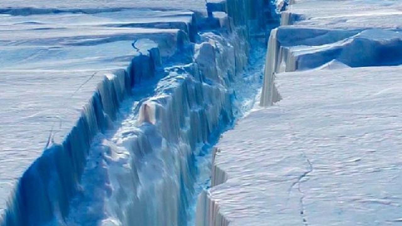 Εντυπωσιακές εικόνες της πελώριας ρωγμής που οδήγησε στην αποκόλληση του παγόβουνου. Credit: rogmi (youtube) Credit: rogmi1 (NASA)