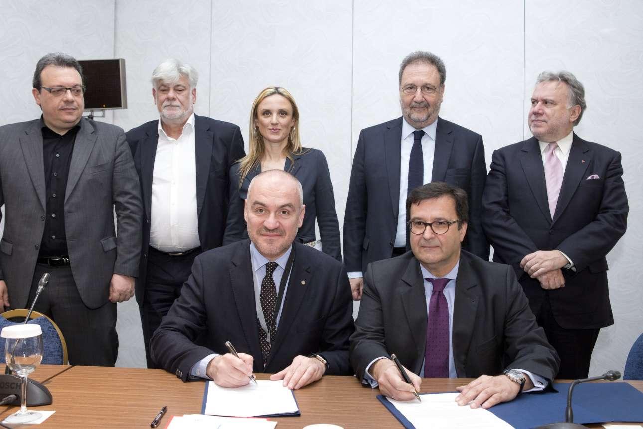 Ο πρόεδρος του Συνδέσμου Βιομηχανιών Βορείου Ελλάδος Θανάσης Σαββάκης και ο γγ Διεθνών Οικονομικών Σχέσεων του ΥΠΕΞ Ιωάννης Μπράχος υπογράφουν Μνημόνιο Συνεργασίας. Όρθιοι ο Ζόραν Ντράκουλιτς, πρόεδρος του Βιομηχανικού Συνδέσμου Privrednik και η Σάνια Ντάνκοβιτς-Στεπάνοβιτς, καθηγήτρια και εκπρόσωπος της ομάδας διαπραγμάτευσης για την είσοδο της Σερβίας στην ΕΕ ανάμεσα στους αναπληρωτές υπουργούς Σωκράτη Φάμελλο και Γιώργο Κατρούγκαλο και τον υφυπουργό Στέργιο Πιτσιόρλα