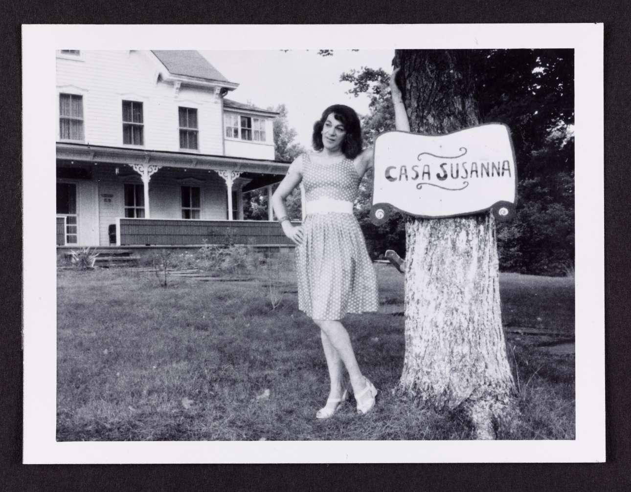 «Η Σουζάνα στην Κάζα Σουζάνα» («Susanna at Casa Susanna»), φωτογραφία που αποδίδεται στην Andrea Susan, 1964-1969. Η φωτογραφική σειρά «Η Σουζάνα στην Οικία Σουζάνα» εστιάζει σε πορτρέτα ανδρών cross-dressers, οι οποίοι ντύνονται με γυναικεία ρούχα, σε ένα θέρετρο της Νέας Υόρκης, τις δεκαετίες του '50 και '60. Η συλλογή φωτογραφιών ανακαλύφθηκε το 2004 σε ένα παζάρι