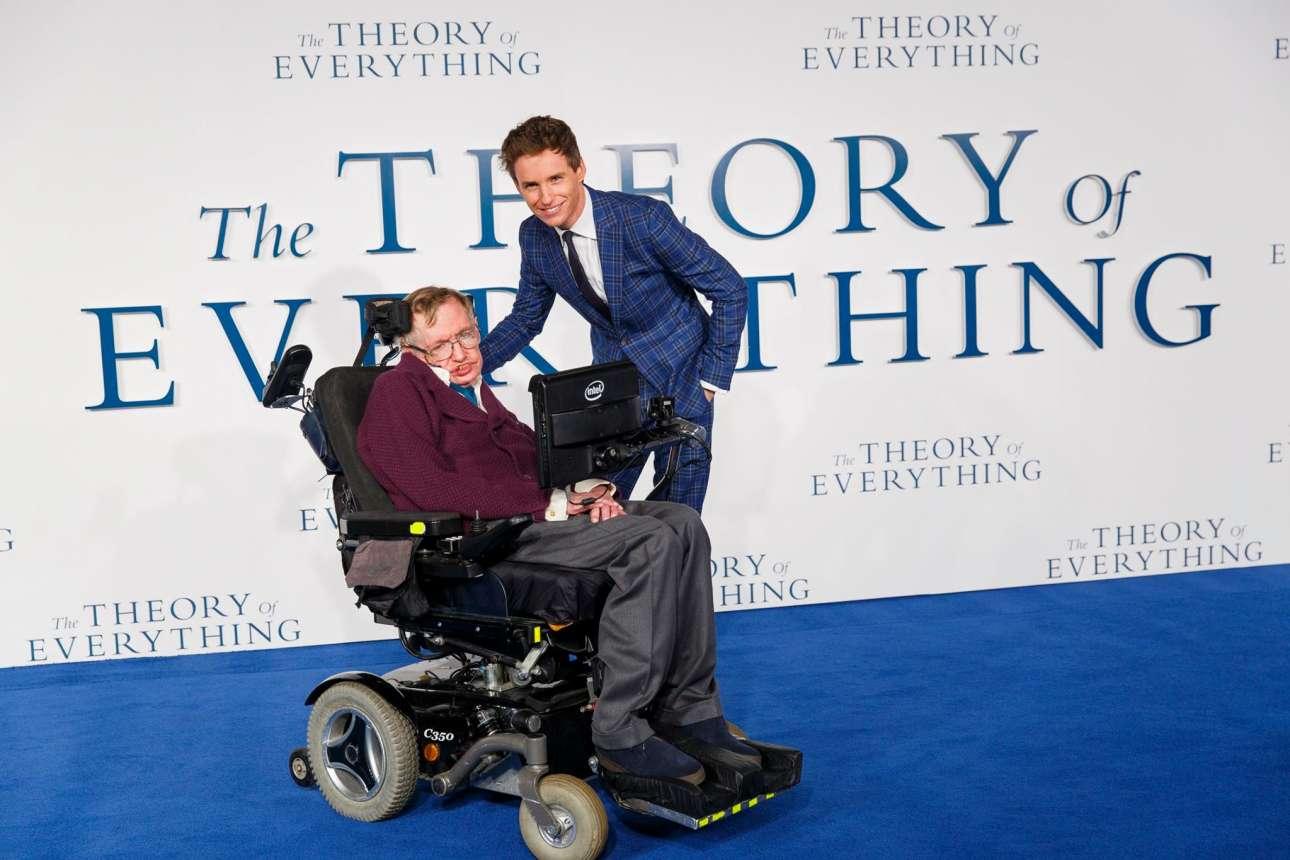 Στην πρεμιέρα της ταινίας «Η Θεωρία των Πάντων» στο Λονδίνο το 2014, με τον ηθοποιό Εντι Ρεντμέιν. «Εμοιαζε με εμένα, συμπεριφερόταν σαν και εμένα και είχε την αίσθηση του χιούμορ μου» έγραψε ο Χόκινγκ για τον Ρεντμέιν, ο οποίος τον ενσάρκωσε στο φιλμ και βραβεύτηκε με Οσκαρ για την ερμηνεία του