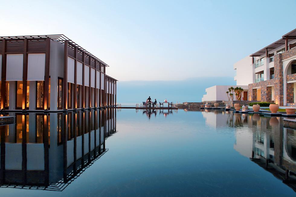 Το ξενοδοχείο Amirandes στις Γούβες στην Κρήτη περιβάλλεται από μία πισίνα - λίμνη, πάνω στην οποία δημιουργούνται υπέροχοι καθρεφτισμοί όταν πέσει ο ήλιος