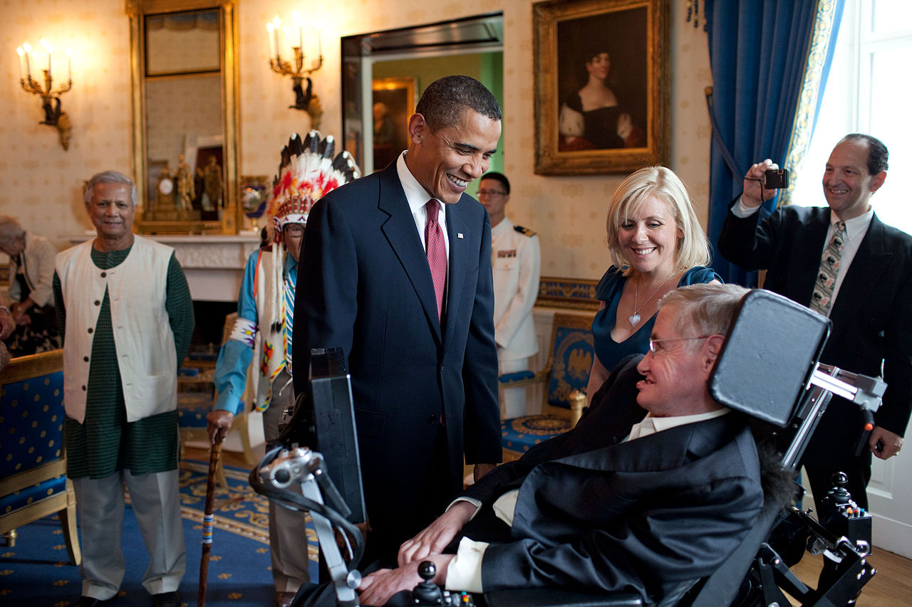 Ο Μπαράκ Ομπάμα με τον Στίβεν Χόκινγκ στο Μπλε Δωμάτιο του Λευκού Οίκου σε ένα χαλαρό στιγμιότυπο, πριν του απονείμει το Μετάλλιο Ελευθερίας