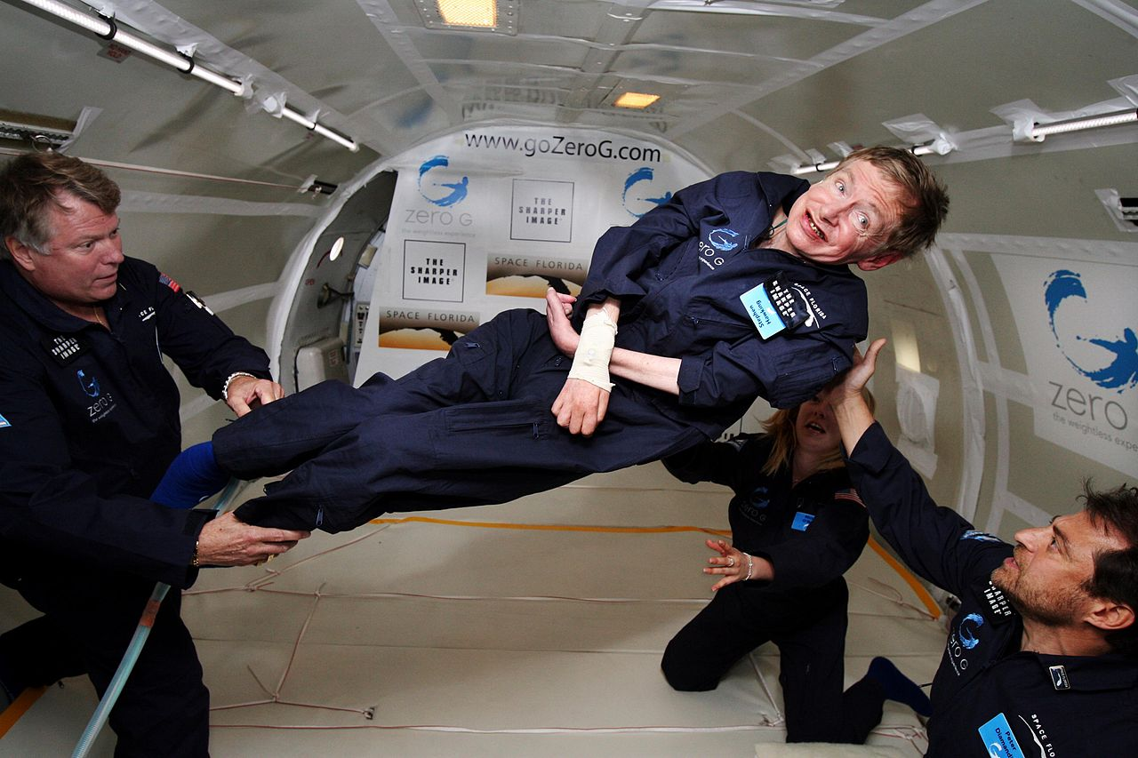 Ο Χόκινγκ γιορτάζει τα 65α γενέθλιά του απολαμβάνοντας την έλλειψη βαρύτητας μέσα σε ένα ειδικά σχεδιασμένο για προσομοίωση διαστημικών πτήσεων αεροσκάφος, το 2007