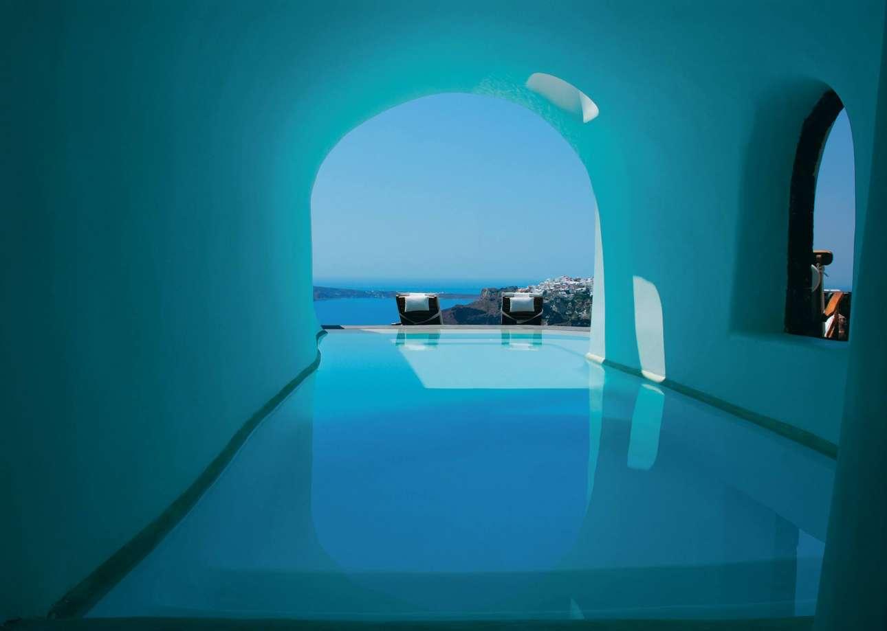 Το ξενοδοχείο Περίβολας έβαλε την Οία στον παγκόσμιο χάρτη και πολλοί έσπευσαν να το μιμηθούν. Οι  χτισμένες μέσα στους βράχους σουίτες είναι το ίδιο εντυπωσιακές με την εκπληκτική θέα