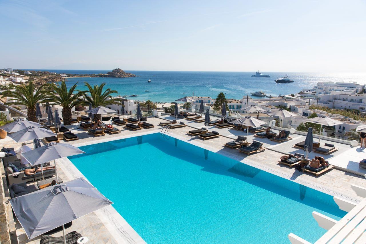 Πέρα από την πισίνα της φωτογραφίας, 25 από τα 70 δωμάτια του ξενοδοχείου Myconian Ambassador έχουν και αυτά ιδιωτική πισίνα ή τζακούζι